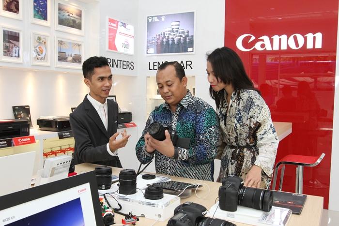 Tampak pada gambar: Sales consultant Canon Image Square (CIS) Makassar sedang memberikan penjelasan produk kepada pelanggan. CIS Makassar yang baru saja diresmikan Selasa (06/09) bertujuan untuk meningkatkan Pengalaman (Experience), Pengetahuan (Education), Keterlibatan (Engagement), dan Kesenangan (Excitement) masyarakat terhadap produk-produk unggulan Canon sehingga konsumen bisa mendapatkan nilai tambah tersendiri dibanding berbelanja di toko biasa.