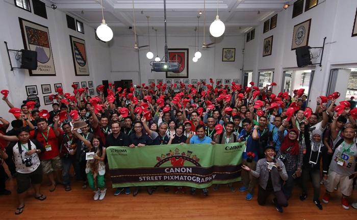 Para peserta berfoto bersama sebelum dimulainya lomba foto Canon Street Pixmatography yang digelar Museum Bank Mandiri , Kota Tua, Jakarta, Minggu (22/5).