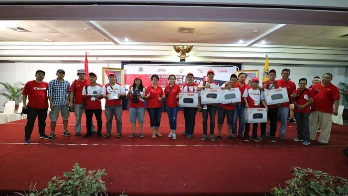 Merry Harun – Canon Division Director pt. Datascrip (ketujuh dari kiri) bersama para juri dan pembicara seminar berfoto bersama dengan para pemenang Canon Semarang Photo Marathon 2016 kategori Mahasiswa.
