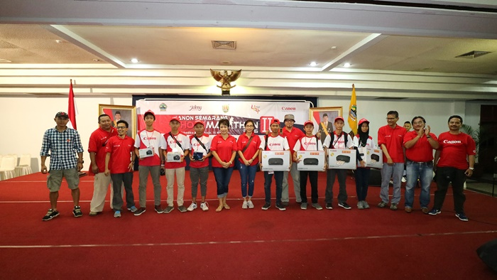 Merry Harun – Canon Division Director pt. Datascrip (ketujuh dari kiri) bersama para juri dan pembicara seminar berfoto bersama dengan para pemenang Canon Semarang Photo Marathon 2016 kategori Pelajar.