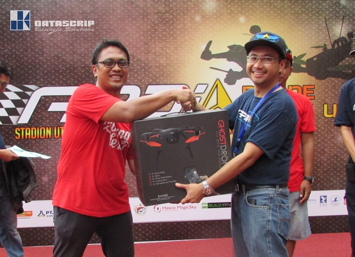 Fajar Yusuf – Ketua harian APDI (kanan) menyerahkan hadiah berupa satu buah GHOSTDRONE 2.0 Standard kepada Hendrarto Setyadji, Pemenang Drone Challenge di  Drone Meet Up 2016, di Gelora Bung Karno, Jakarta (29/5).